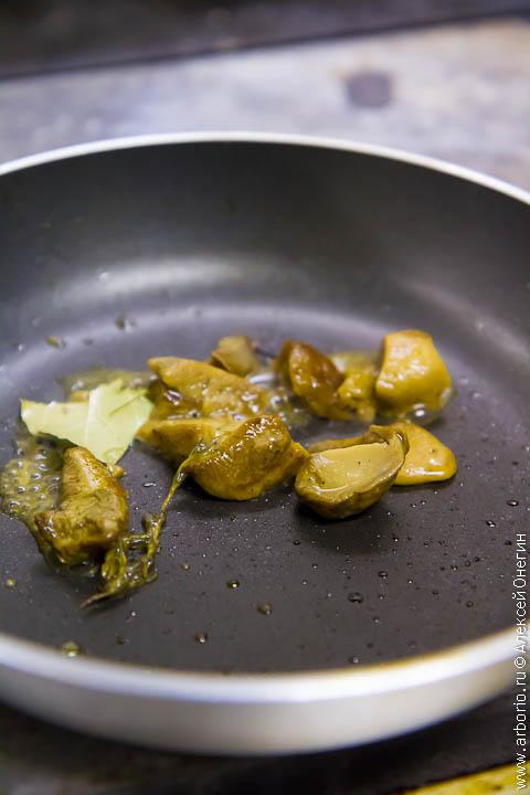 Тартар из говядины с белыми грибами и медовой репой - фото