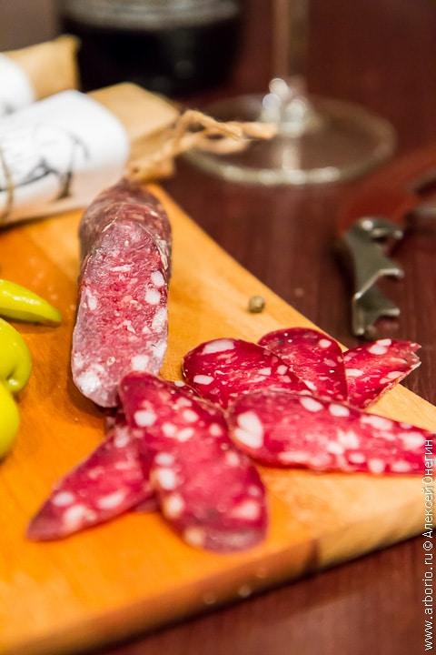 Сыровяленая колбаса - фото