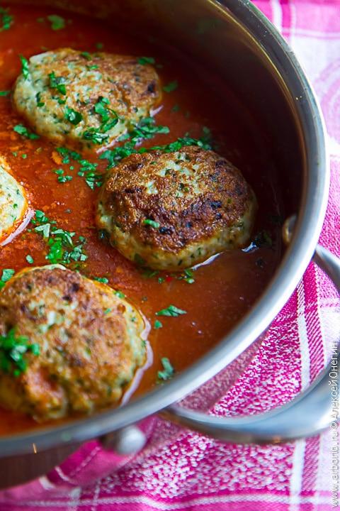 Рыбные котлеты в томатном соусе - фото