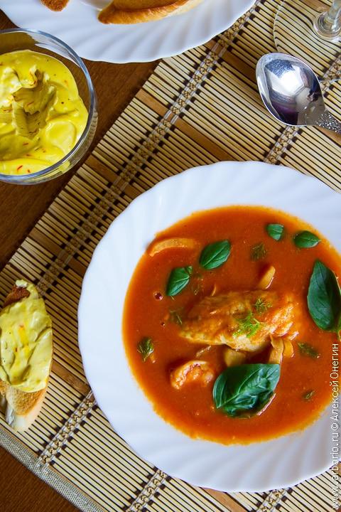 Томатный суп с рыбой и фенхелем - фото