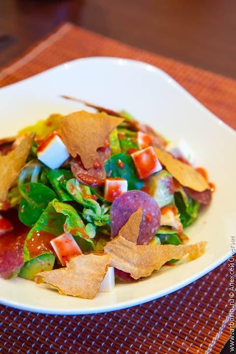 Салат с салями и клубничной заправкой - фото
