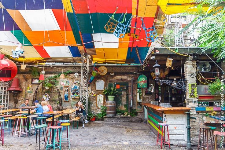 Руин бары Будапешта: из говна и палок фото