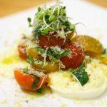Салат из помидоров на ложе из моцареллы
