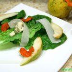 Зеленый салат с грушей и голубым сыром