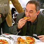 Ферран Адриа учится готовить пиццу