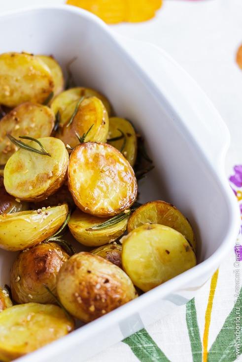 Рецепт вкусной запеченной картошки в духовке с розмарином и чесноком