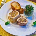 Запеченный костный мозг с салатом из петрушки