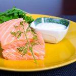 Наполовину приготовленный лосось с лимонно-укропным йогуртом