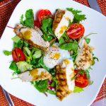 Теплый салат с курицей и яйцом пашот