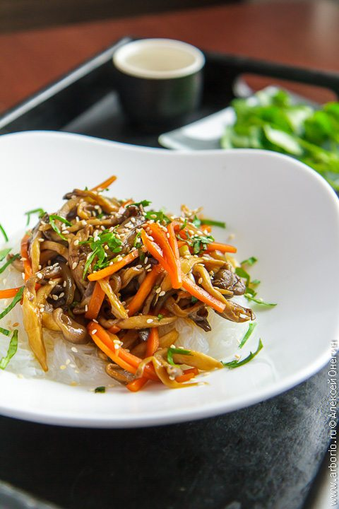 Блюдо из риса кальмара и курицы