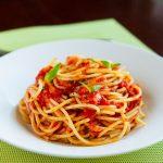 Спагетти с соусом из свежих помидоров