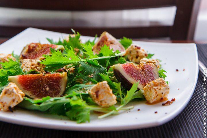 Замечательный салат с инжиром - фото