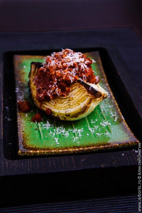 Запеченная капуста с томатным соусом - фото