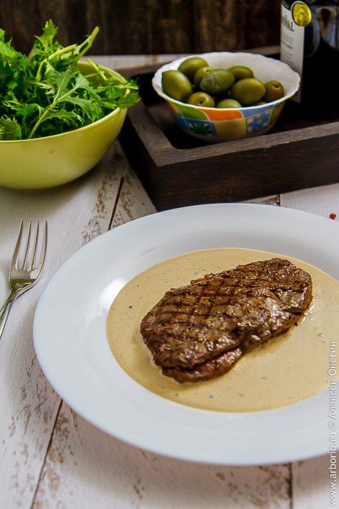 Антрекот из говядины с перечным соусом - фото