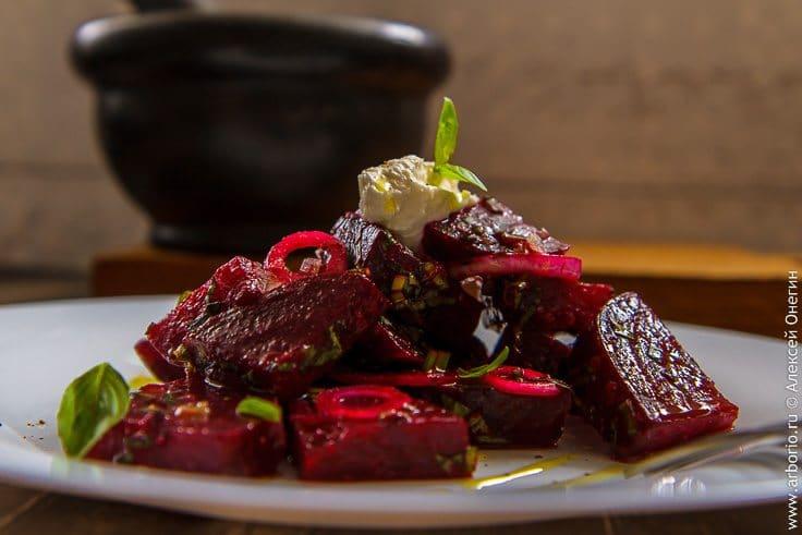 Салат из запеченной свеклы - фото
