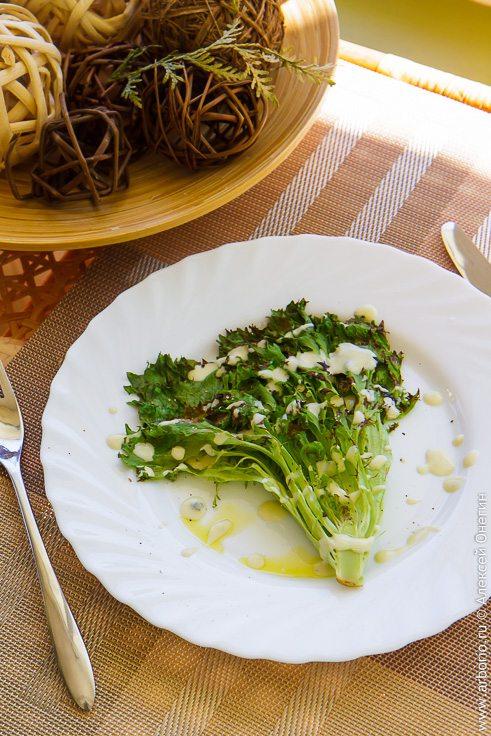 Салат на гриле с соусом из голубого сыра - фото