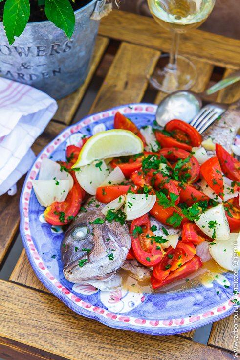 Рыба, запеченная с помидорами - фото
