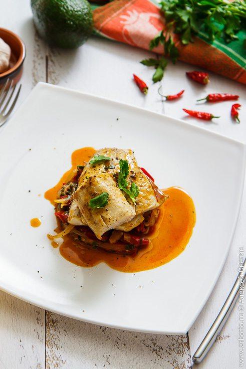 Рыба с тушеными перцами - фото