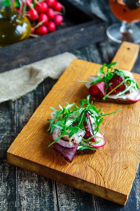 Брускетта с сыром, свеклой и соленой рыбой - фото