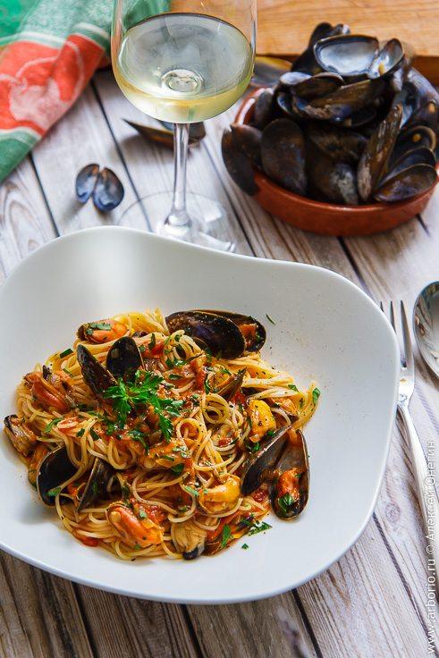 Спагетти с мидиями в пикантном соусе - фото
