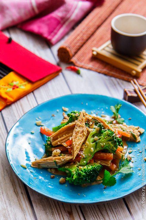 Салат с соевой спаржей - фото