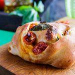 Хлеб с помидорами, базиликом и чесноком