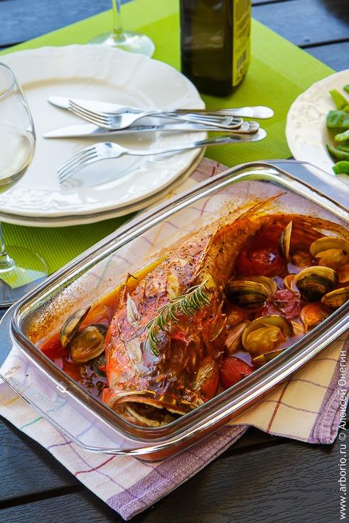 Рыба с овощами и вином - фото