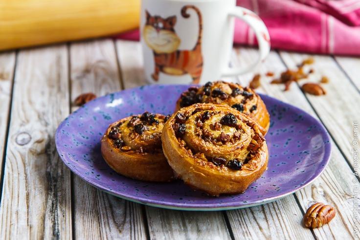 Рецепт сдобных булочек с изюмом и орехами