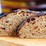 Черный хлеб с луком и шкварками