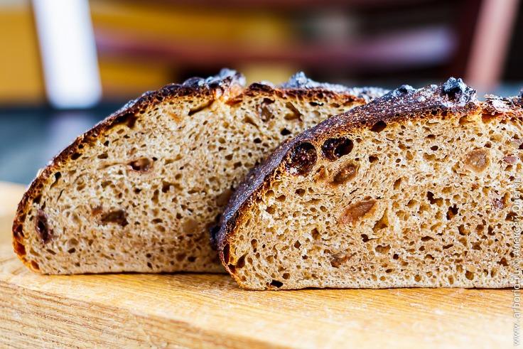 Черный хлеб с луком и шкварками - фото