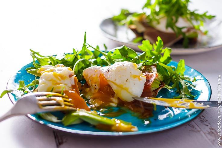 Тост с авокадо и яйцом пашот - фото