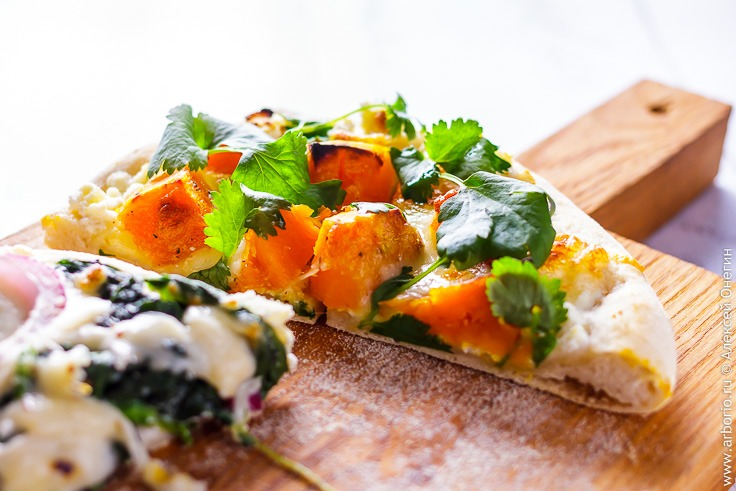Белая пицца с овощами - фото