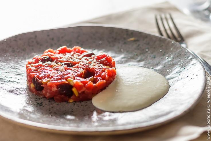 Тартар из говядины с сушеной вишней и пекорино - фото