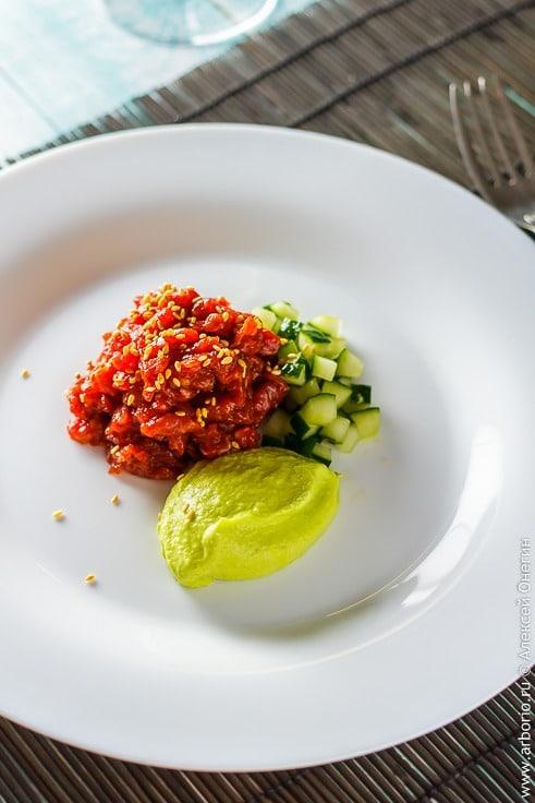 Рецепт острого тартара из говядины с авокадо и огурцами