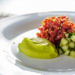 Острый тартар из говядины с авокадо и огурцами