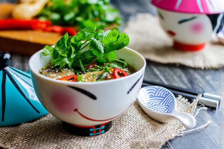Лапша с овощами и бульоном в азиатском стиле