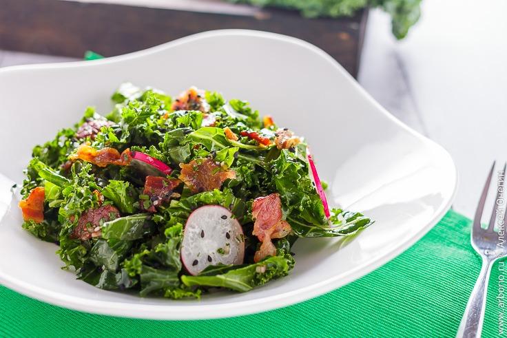 Салат с кейлом и беконом - фото