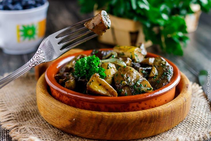 Жареные лесные грибы с луком - фото