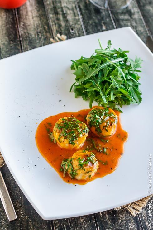 Гребешки с соусом из помидоров черри - фото