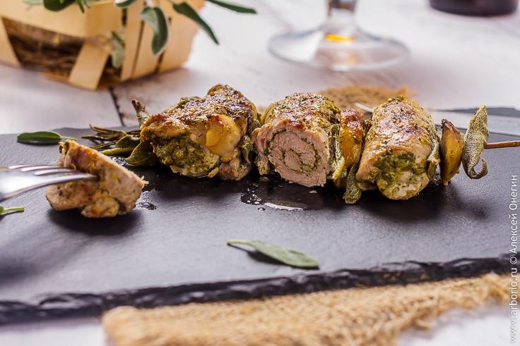 Рулетики из свинины с ароматными травами - фото