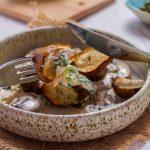 Топинамбур с грибами и шпинатом в сливках