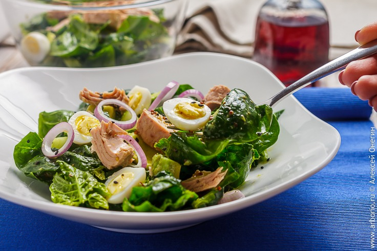 Салат из тунца со шпинатом - фото