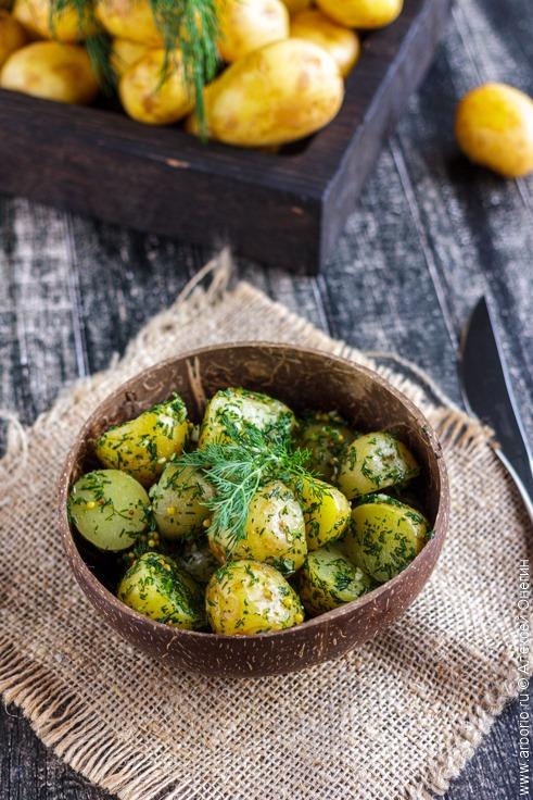 Простой салат из молодой картошки - фото