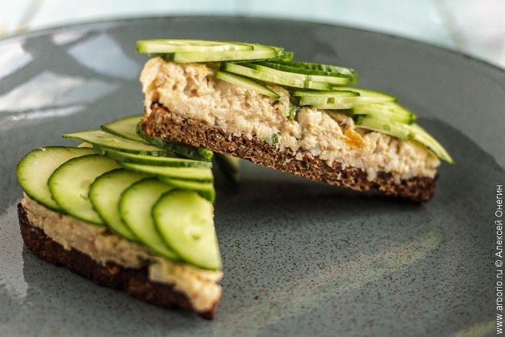 Сэндвич с копчёной рыбой - фото