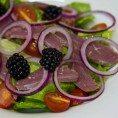 Салат из утиной грудки с ежевикой