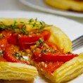 Слоеный пирог с помидорами