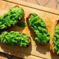 Брускетты с зеленым горошком и мятой